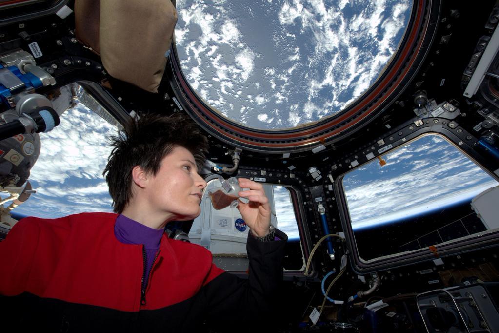 Ach wie lecker: Die italienische Astronautin Sam Cristoforetti trinkt ihren ersten Espresso aus einer speziellen Espresso-Maschine auf der ISS. Die Lavazza-Maschine, speziell für den Weltraum konstruiert, hatte ein Versorgungsflug zur ISS mitgebracht.