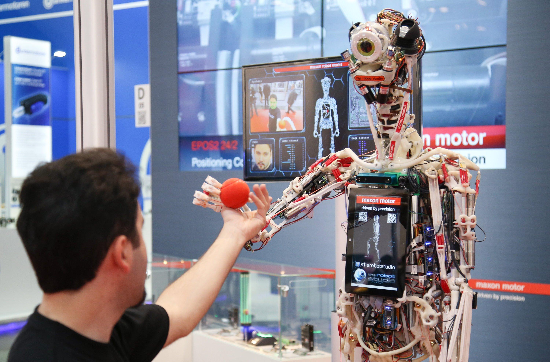 Service-Roboter auf der Hannover Messe:Würden Menschen dieser Blechbüchse am Postschalter vertrauen? Laut Studie laufen besonders Hilfskräfte in Lagern, bei Postdiensten, im Einzelhandel und in der Reinigung Gefahr, durch Roboter und Software ersetzt zu werden.