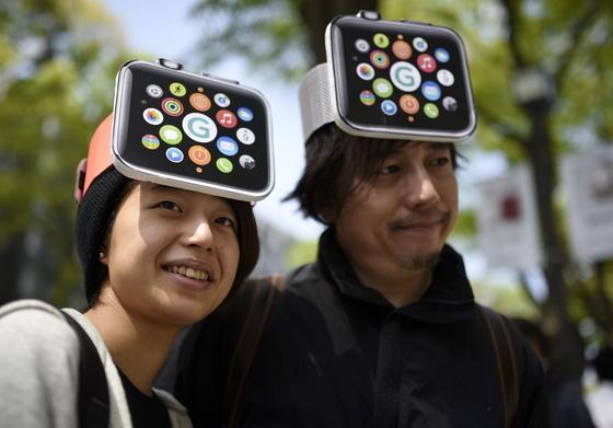 Zwei japanische Apple-Fans mit Watch-Kappe: Die Uhr hat offenbar Probleme, Körperdaten zu erfassen, wenn die Haut tätowiert ist.