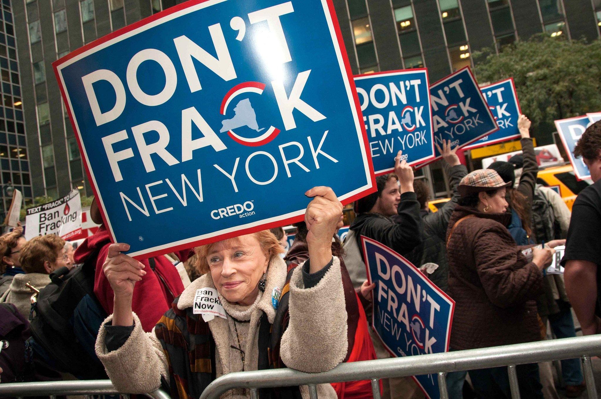 Demonstration in New York gegen Fracking: Auch in den USA ist die Methode umstritten. Jetzt hat die UniversitätPennsylvania Chemikalen in Brunnen im FrackinggebietBradford County festgestellt und die Diskussion neu angefacht.