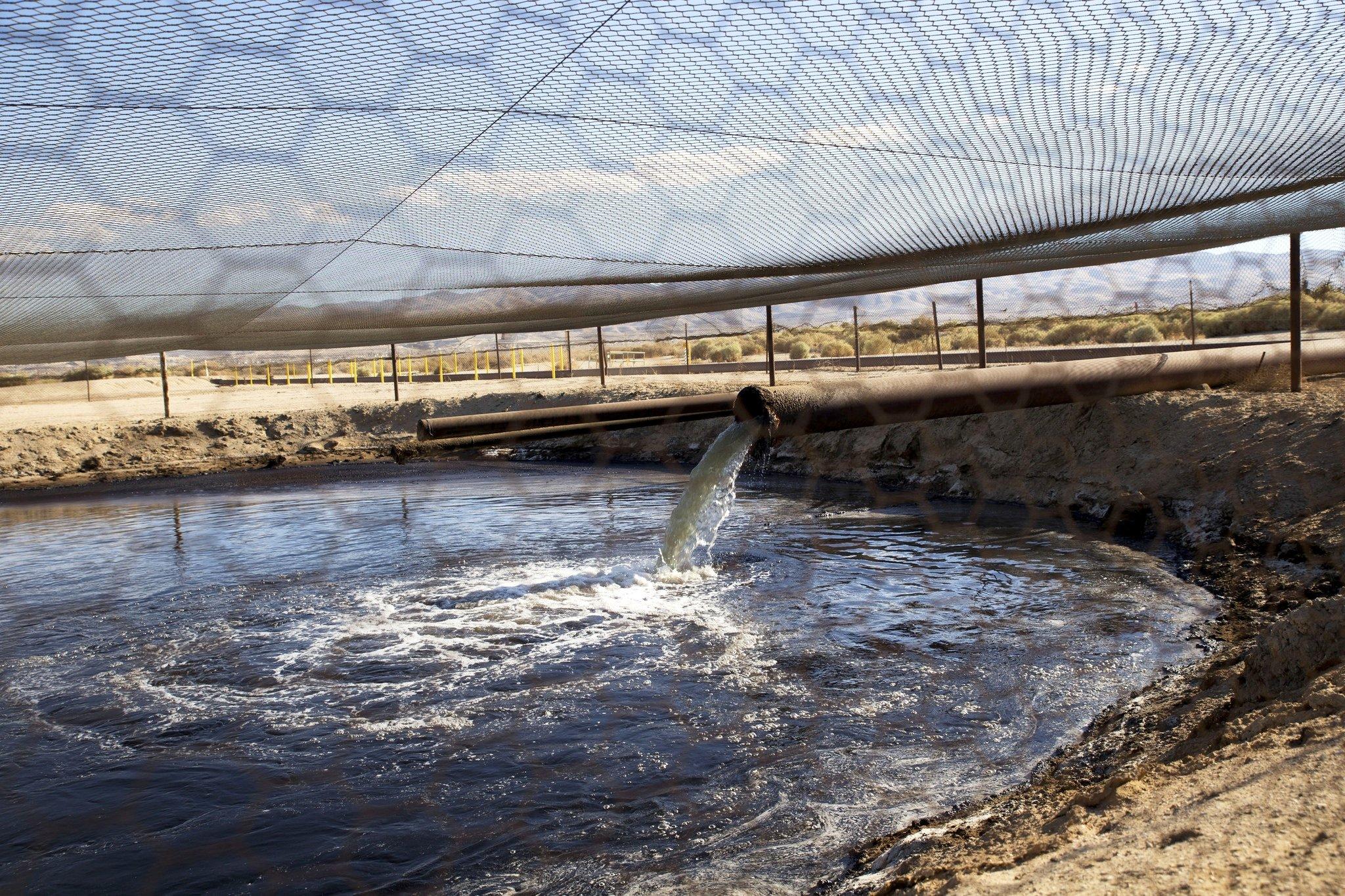 Die Chemikalien, die für die Fracking-Technik ins Erdreich gepresst werden, kommen wieder an die Oberfläche und werden wie hier in Kern County inKalifornien auch in offenen Teichen aufgefangen. Beim Weg aus den Tiefen der Erde an die Oberfläche könnten die Chemikalien durch Undichtigkeiten ins Trinkwasser geraten.
