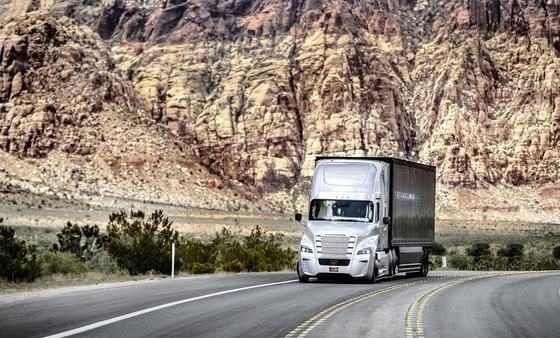 Mit Radarsystemen und Kameras bestückt ist der selbstfahrende Freightliner Inspiration Truck, der jetzt in Nevada im öffentlichen Straßenverkehr fahren darf.