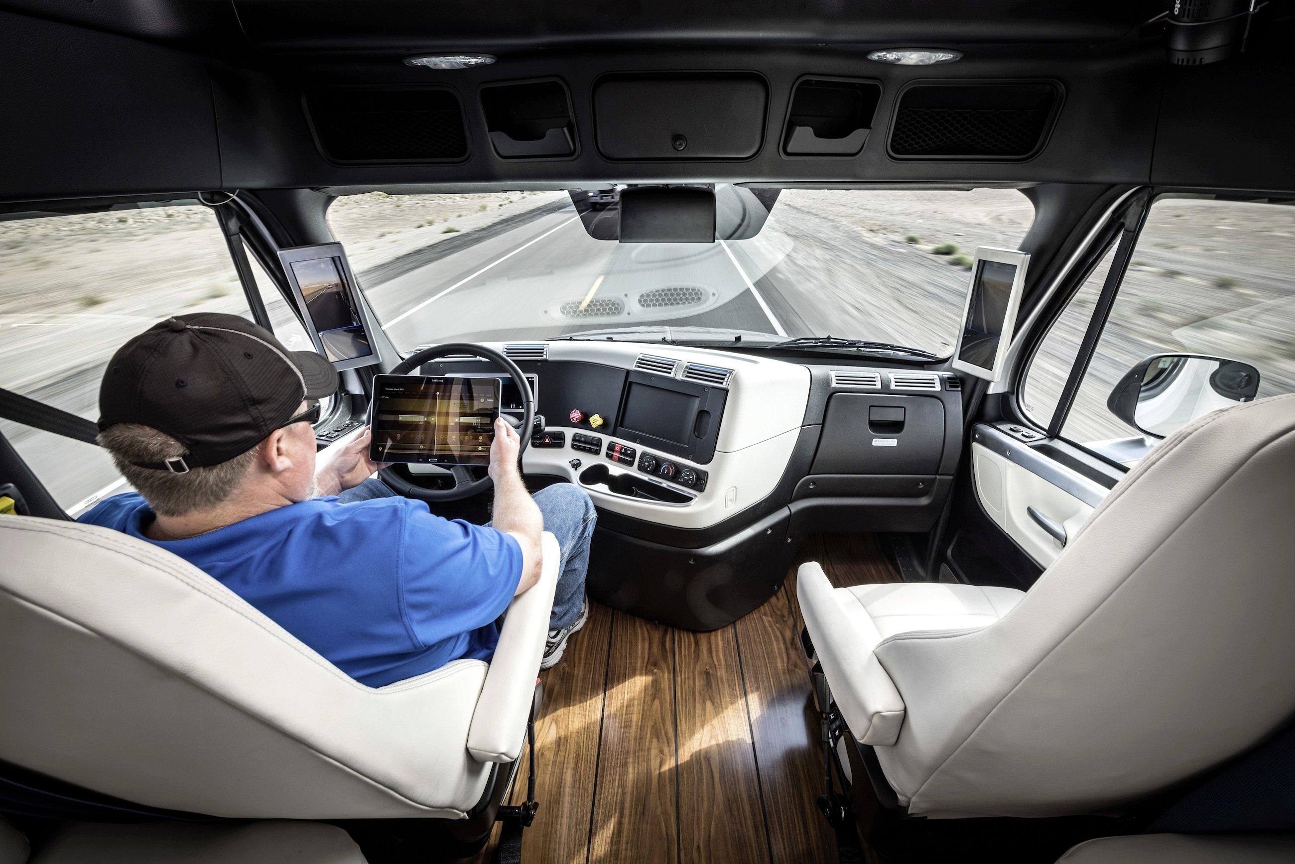 Im neuen Freightliner Inspiration Truck kann sich der Fahrer anderen Dingen widmen, sobald er auf einem Highway den Autopiloten eingeschaltet hat.