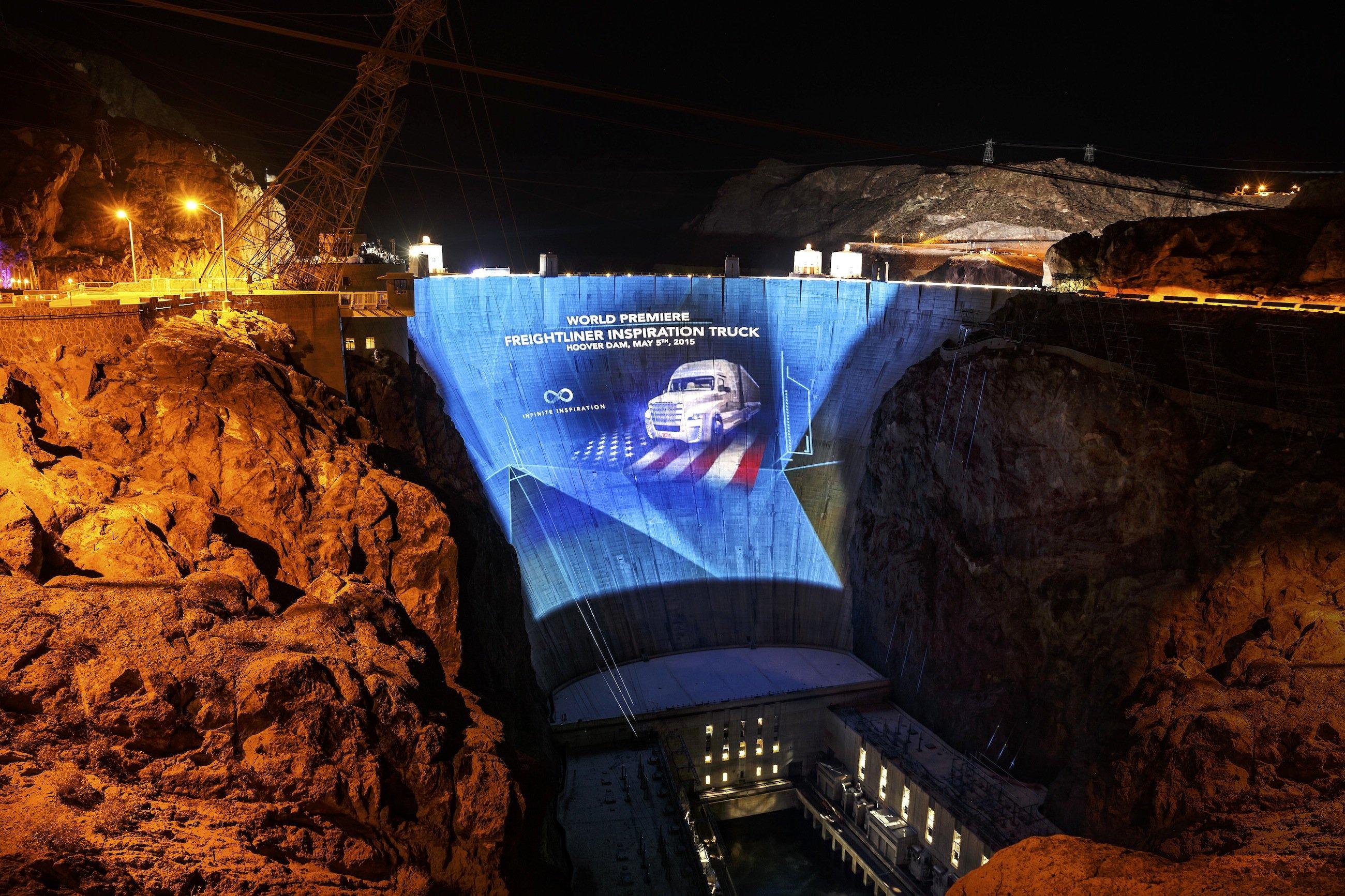 Auf eine 39.000 Quadratmeter große Leinwand projizierte Daimler das Bild des neuen FreightlinerInspiration Trucks – auf einer Staumauer in der Wüste von Nevada.