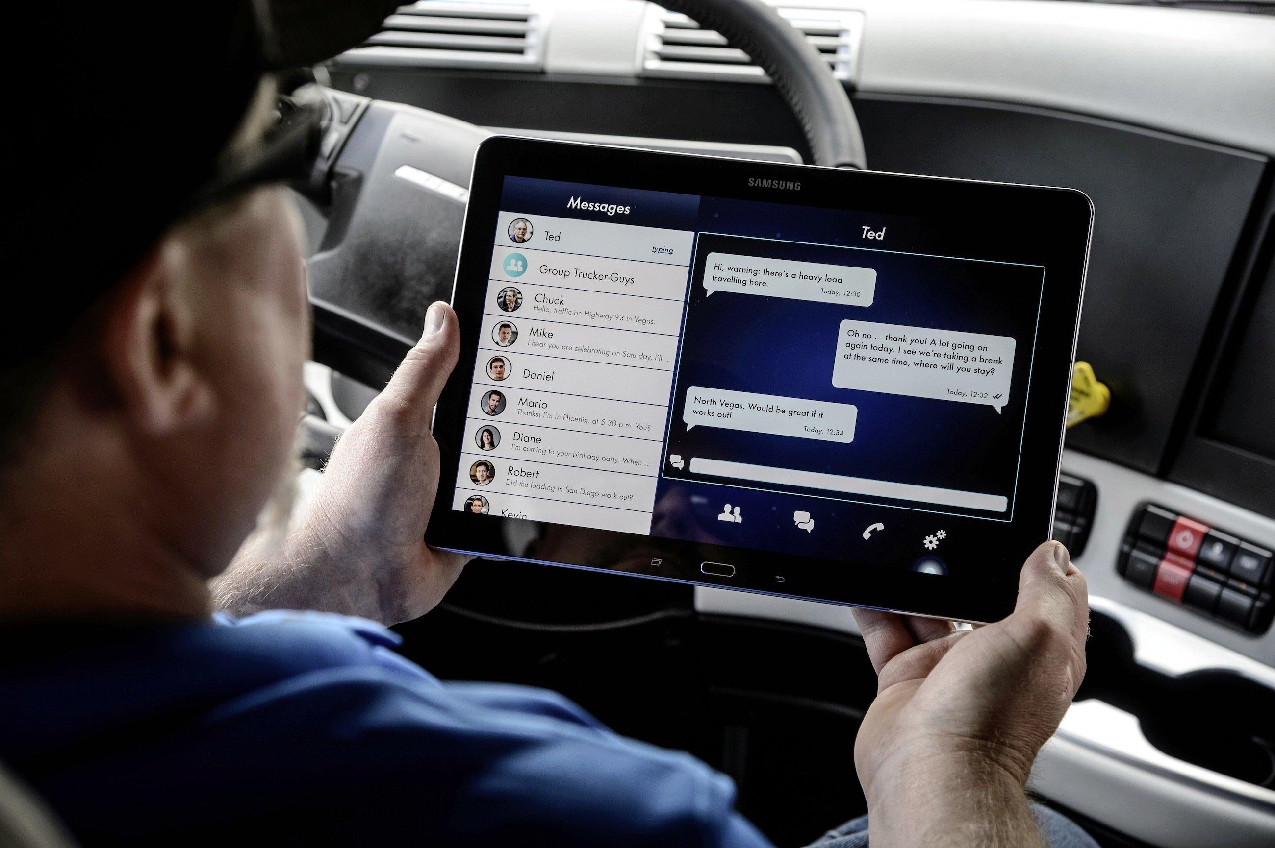 Der Fahrer gewinnt im autonom fahrenden Freightliner Zeit für andere Aufgaben und die Kommunikation mit seiner Umwelt.