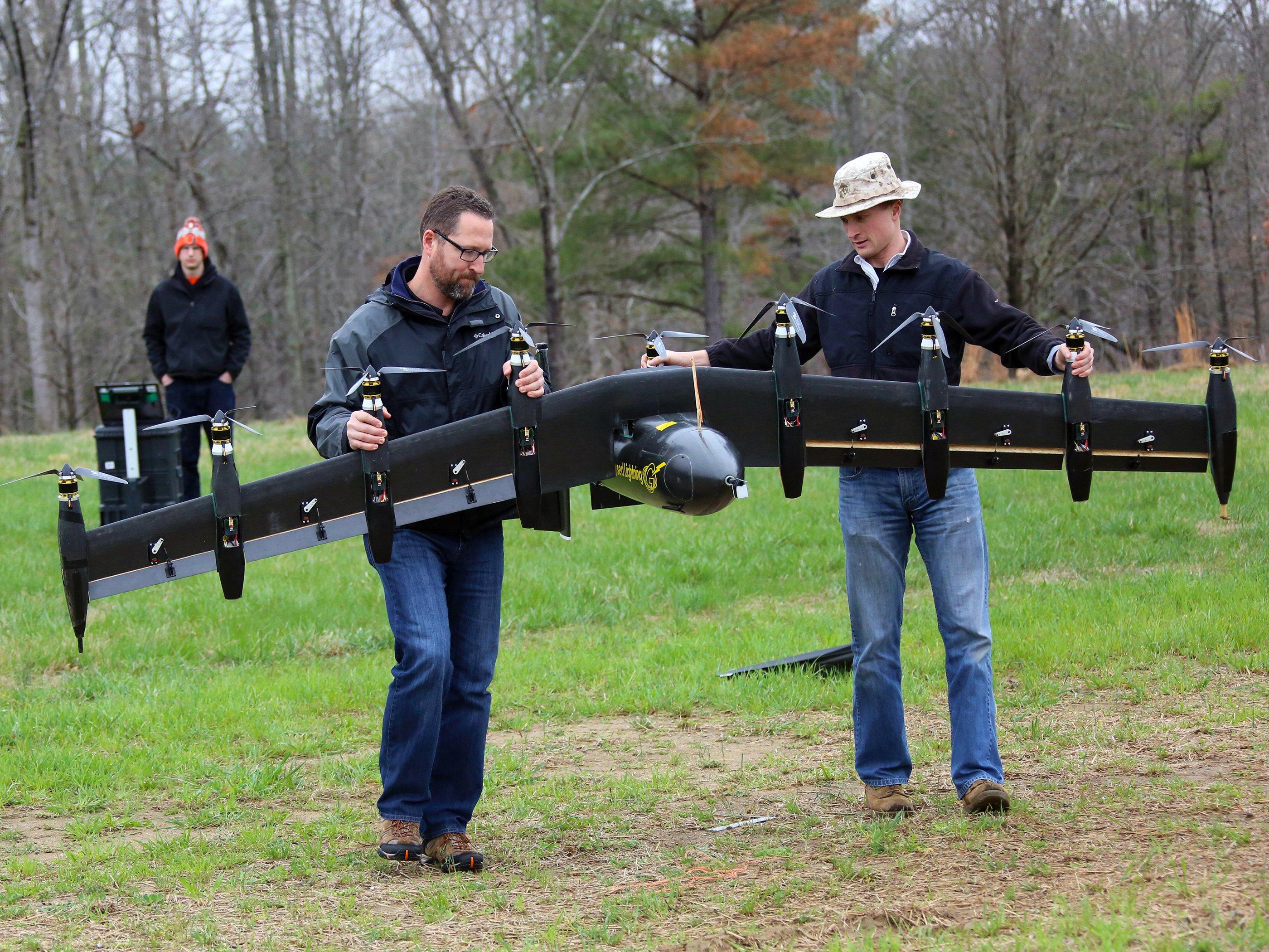 Die NASA-Ingenieure David North (l.) and Bill Fredericks (r) bereiten die Drohne GL-10 für einen Testflug vor. Ziel ist es, dass das Fluggerät künftig auch Personen transportieren kann.