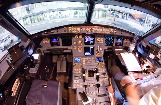 Blick in das Cockpit des verunglückten Airbus A320 mit der Kennung D-AIPX der Fluggesellschaft Germanwings. Das Bild entstand am 22. März 2015 auf dem Flughafen in Düsseldorf nach einem der letzten Flüge vor dem Absturz der Maschine in Frankreich. Der Todespilot hat darin bereits auf dem Hinflug mehrfach extrem niedrige Flughöhen in den Computer eingegeben, aber den Befehl nicht ausführen lassen.