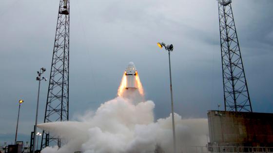 Start der Dragon: In der Raumkapsel reisen ab 2017 Astronauten ins All. Der Schleudersitz soll sie im Notfall vom Antriebsmodul trennen.
