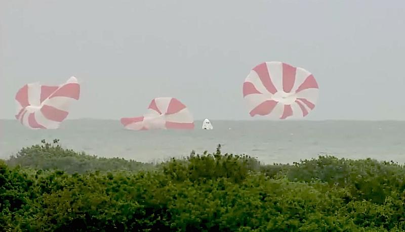 Die Raumkapsel segelt sicher an drei Fallschirmen ins Meer. Astronauten wäre nichts passiert, ist SpaceX überzeugt.