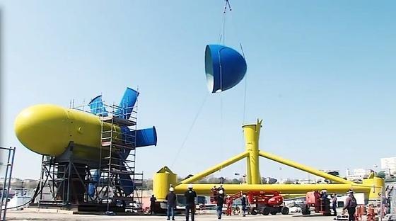 Das Gezeitenkraftwerk Sabella D10 wird an Land zusammengebaut. Befestigt wird es auf dem stählernen Dreieck. Die Konstruktion wiegt 450 Tonnen und istinsgesamt 17 Meter hoch.