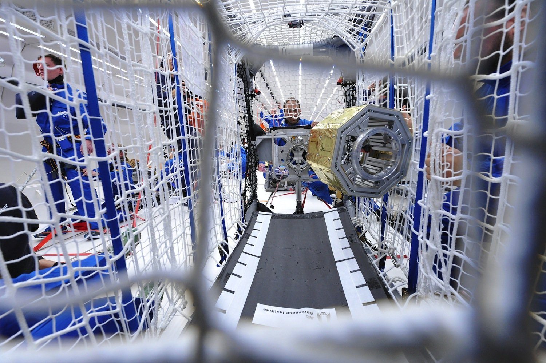 Satelliten im Parabelflug-Experiment: Die Geräte sind allerdings nicht echt, es sind nur Dummies.