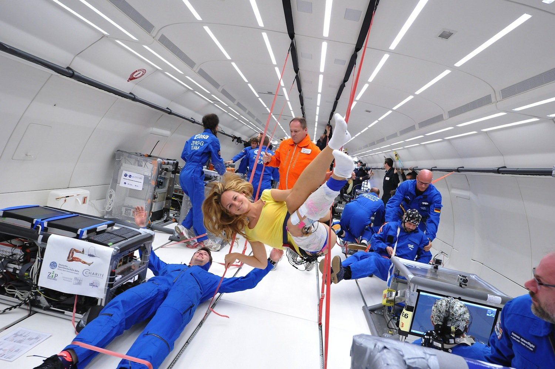 Forscher im Sturzflug: Schwerelosigkeit kann auch Spaß machen, neben all dem wissenschaftlichen Ernst.