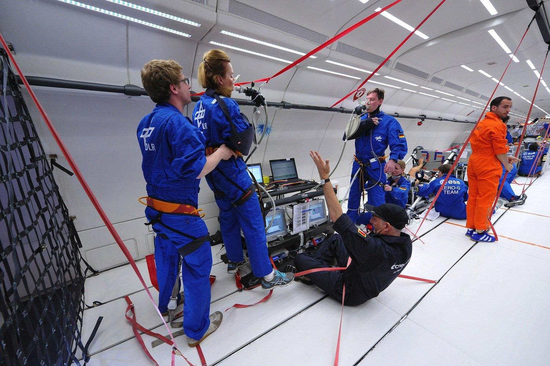 Schwebende Forscherin: Konzentration ist gefragt, um die Experimente in jeweils 22 Sekunden der Schwerelosigkeit zum Erfolg zu führen.