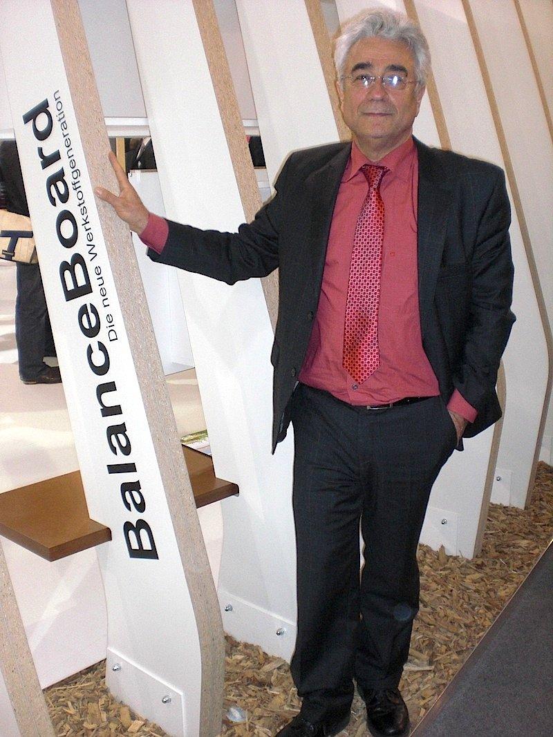 Prof. Dr. Alireza Kharazipour 2011 mit BalanceBoard. Jetzt wurde der Werkstoff noch einmal weiterentwickelt. Er ist leichter geworden und besteht zu 100 Prozent aus Popcorn.