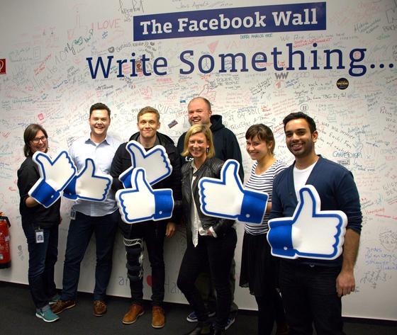 Schauspieler Matthias Schweighöfer (3.v.l.) an der Facebook Wall: Derzeit verbreitet sich über Facebook ein Trojaner, der sich als Youtube-Seite tarnt.