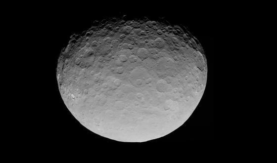 Foto von Ceres aus 13.600 Kilometern Entfernung: Die Auflösung beträgt 1,3 Kilometer pro Bildpunkt. Für Details nähert sich die Sonde jetzt auf 375 Kilometer.