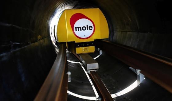 Güter sollen künftig unterirdisch mit Magnetschwebetechniktransportiert werden. Seit 2002 arbeitet das britische Unternehmen Mole Solutions an dieser Vision. Jetzt soll in Northhampton die Machbarkeit der völlig neuen Infrastruktur geprüft werden.
