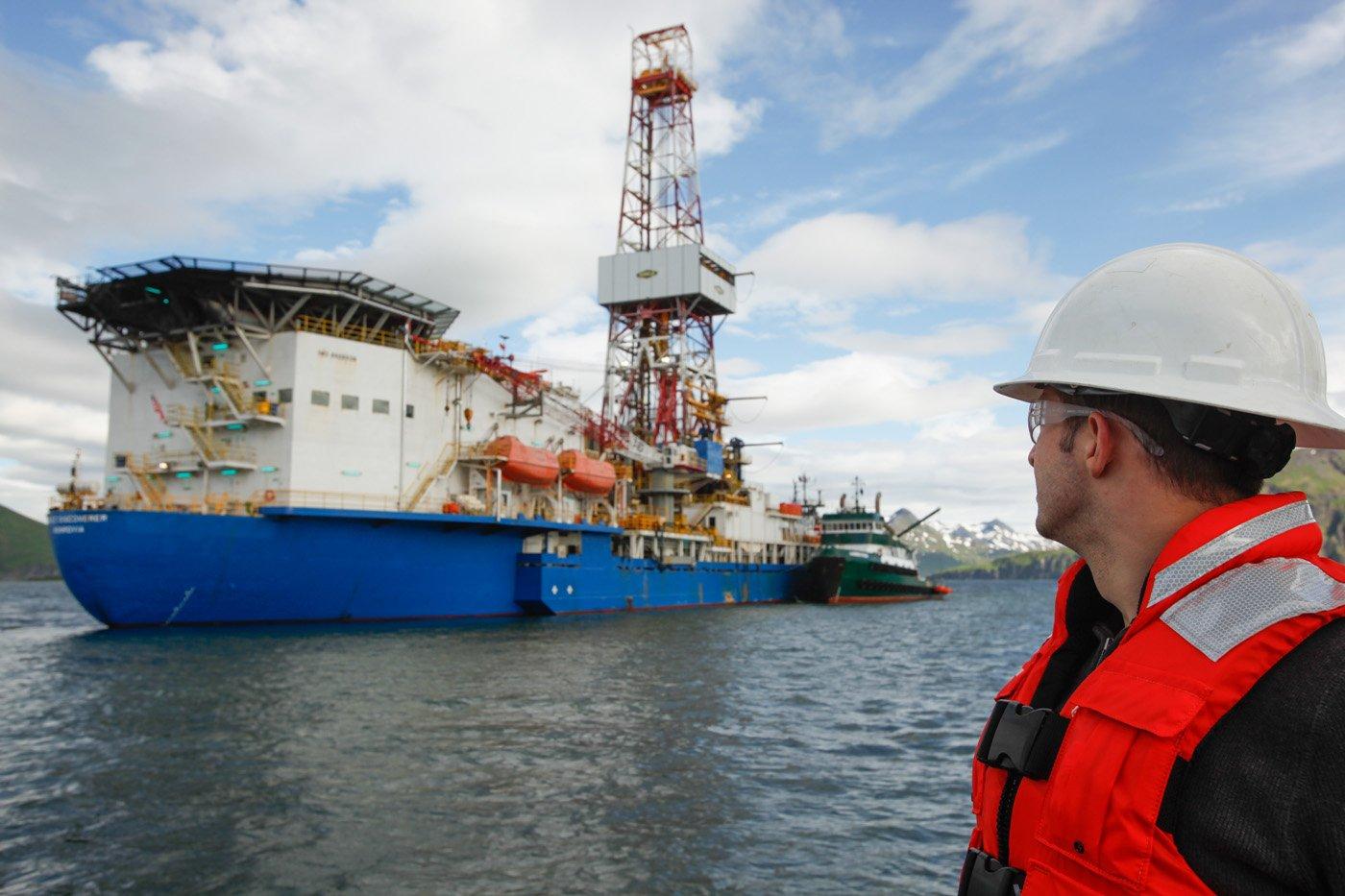 Die Noble Discoverer ist ein Bohrschiff, das derzeit in die Arktis transportiert wird.