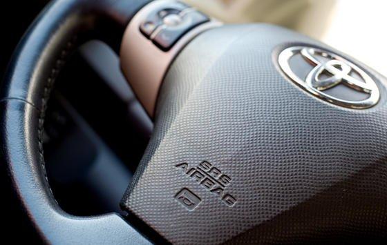 Lenkrad eines Toyota Yaris: Erneut machen Airbags des Herstellers Takata Probleme. Feuchtigkeit kann eindringen und sie funktionsunfähig machen.