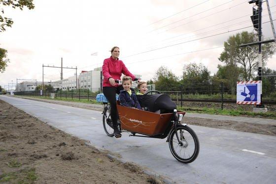 Fahrradfahrerin auf der Solaroad: Der weltweit erste Solarfahrradweg hat im ersten halben Jahr über 3000 Kilowattstunden Strom erzeugt. In den Sommermonaten soll sich die Ausbeute erhöhen.
