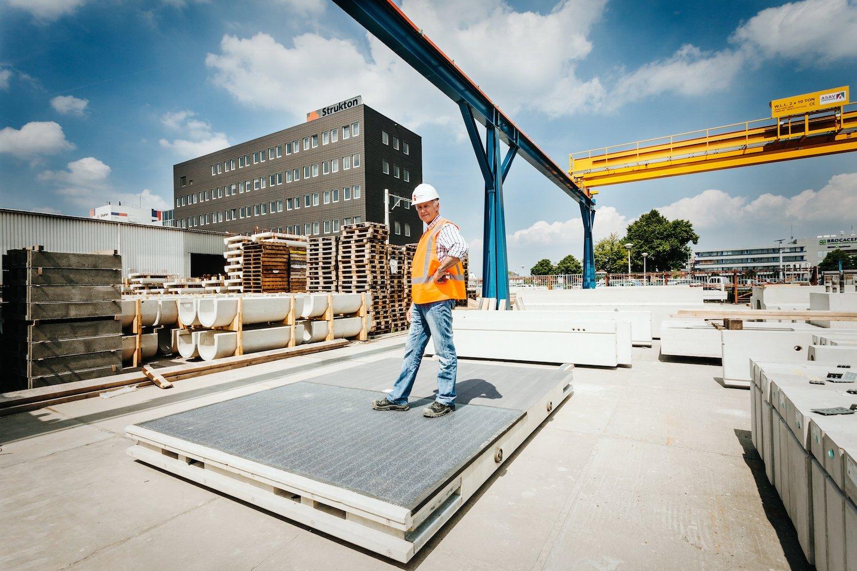 Montage der Solaroad: In dierechteckigen Betonmodule sind Silizium-Solarzellen eingebettet. Eine Schicht aus Sicherheitsglas deckt die Module ab.