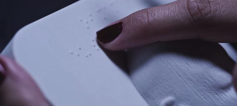 Tatiana ertastet die Blindenschrift auf dem 3D-Ausdruck. Dort steht: Ich bin dein Sohn.