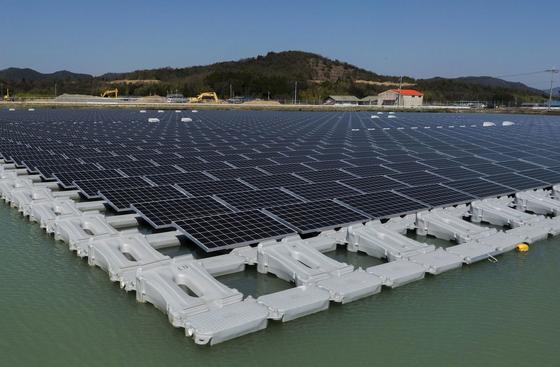 Schwimmende Photovoltaikanlage mit 1,7 MW auf dem Nishihira-See: Solarmodulhersteller Kyocera konnte bei diesem Projekt Erfahrung sammeln. Jetzt geht es an den Bau des weltgrößten schwimmenden Solarparks.