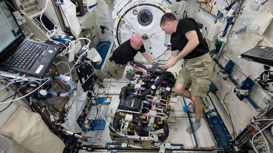 Die Nasa-Astronauten Scott Kelly (li.) und Terry Virts bei der Arbeit auf der ISS. Sie und ihre KolleginSamantha Christoforetti müssen mindestens einen Monat länger als geplant auf ihre Rückkehr zur Erde warten.
