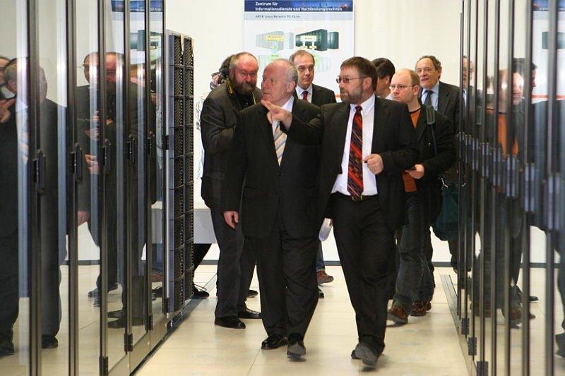 Rundgang während der Einweihung des HRSK-II: Bund und Freistaat Sachsen haben 60 Millionen Euro in das Prestigeprojekt investiert.