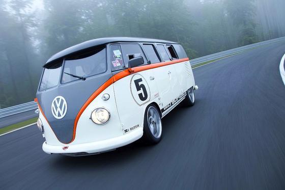 Getunter T1 auf der Rennpiste: Der Monster-Bulli beschleunigt mit 530 PS auf bis zu 230 km/h.