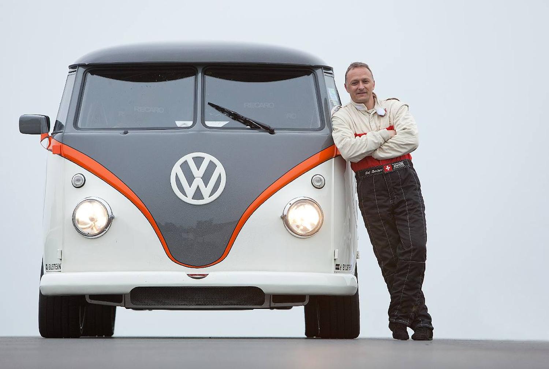 Fred Bernhard vor seinem getunten T1: Der Schweizer Karosseriebauer hat sechs Jahre an der Umrüstung getüftelt.