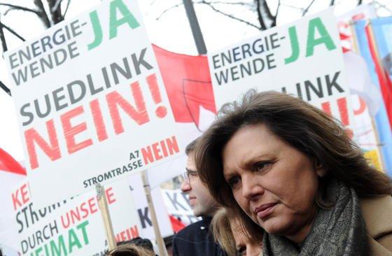 Ilse Aigner auf einer Demo gegen SuedLink: Die bayerische Wirtschaftsministerin würde lieber neue Gaskraftwerke bauen lassen, anstatt Windstrom aus weit entfernten Kraftwerken zu beziehen.