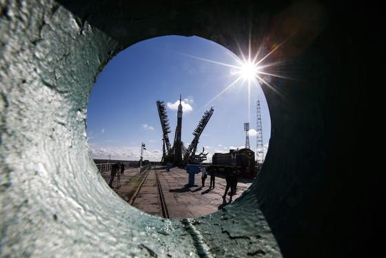Zuschauer beobachten, wie eine russische Sojusrakete für den Start auf dem Raumbahnhof Baikonur vorbereitet wird.