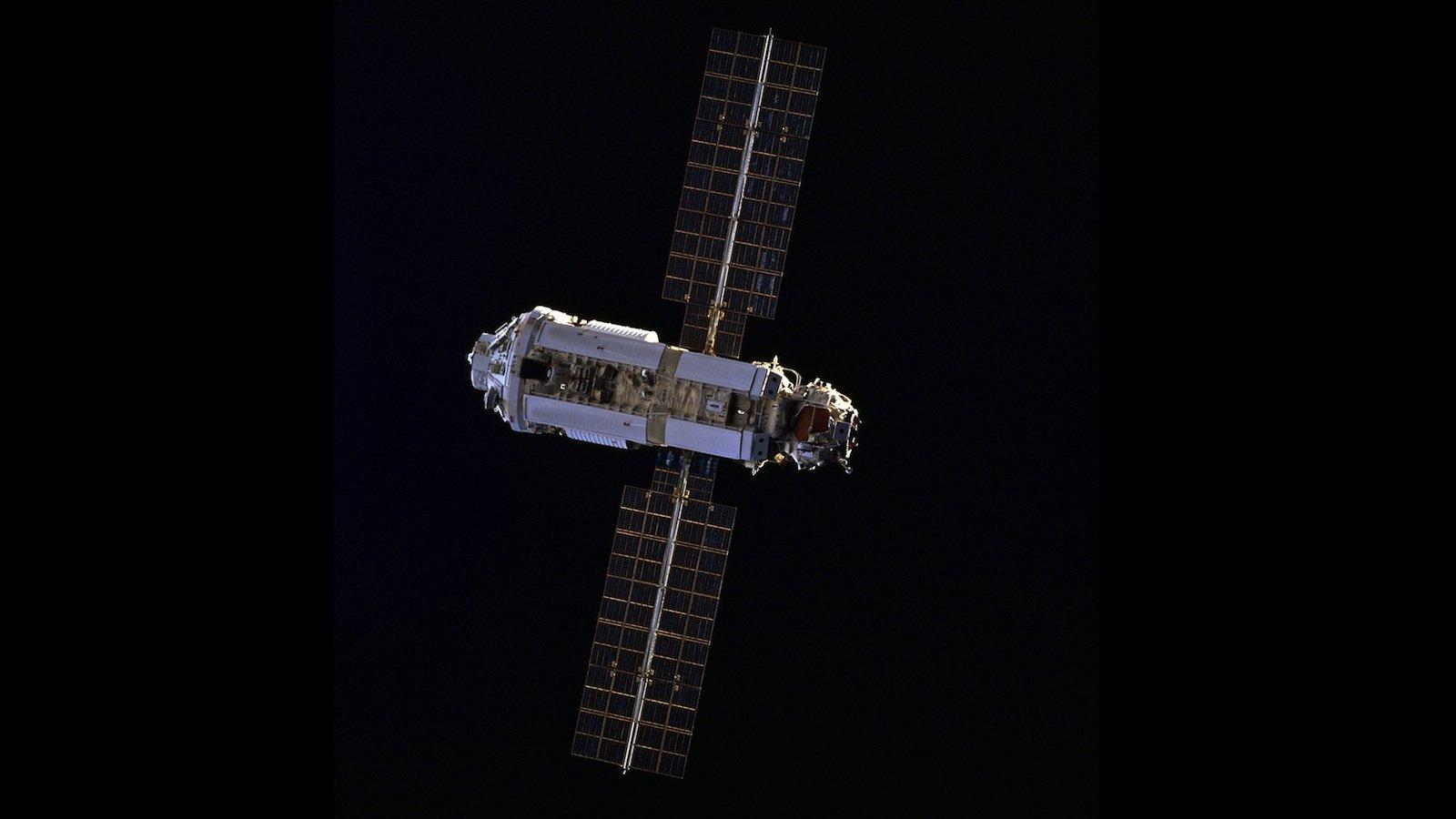 Lang ist´s her: Am 20. November 1998 startete das erste Bauteil für die ISS ins All. Die himmlische Baustelle nahm ihren Anfang mit dem russischen Modul Zarya, einem Fracht- und Kontrollmodul. Heute leben und arbeiten sechs Astronauten an 365 Tagen im Jahr in dem fliegenden Forschungslabor.