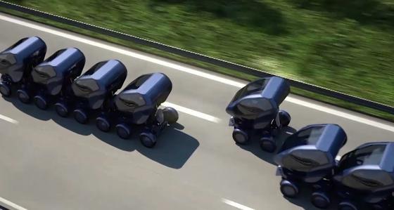 Das Elektroauto EO Smart im Konvoi: Jedes Auto lässt sich mit anderen Autos verknüpfen, so dass die Autos gekoppelt unterwegs sein können. Das Führungsfahrzeug steuert den Konvoi. Auch zwischendurch können Fahrzeuge in die Kette aufgenommen werden oder abbiegen.