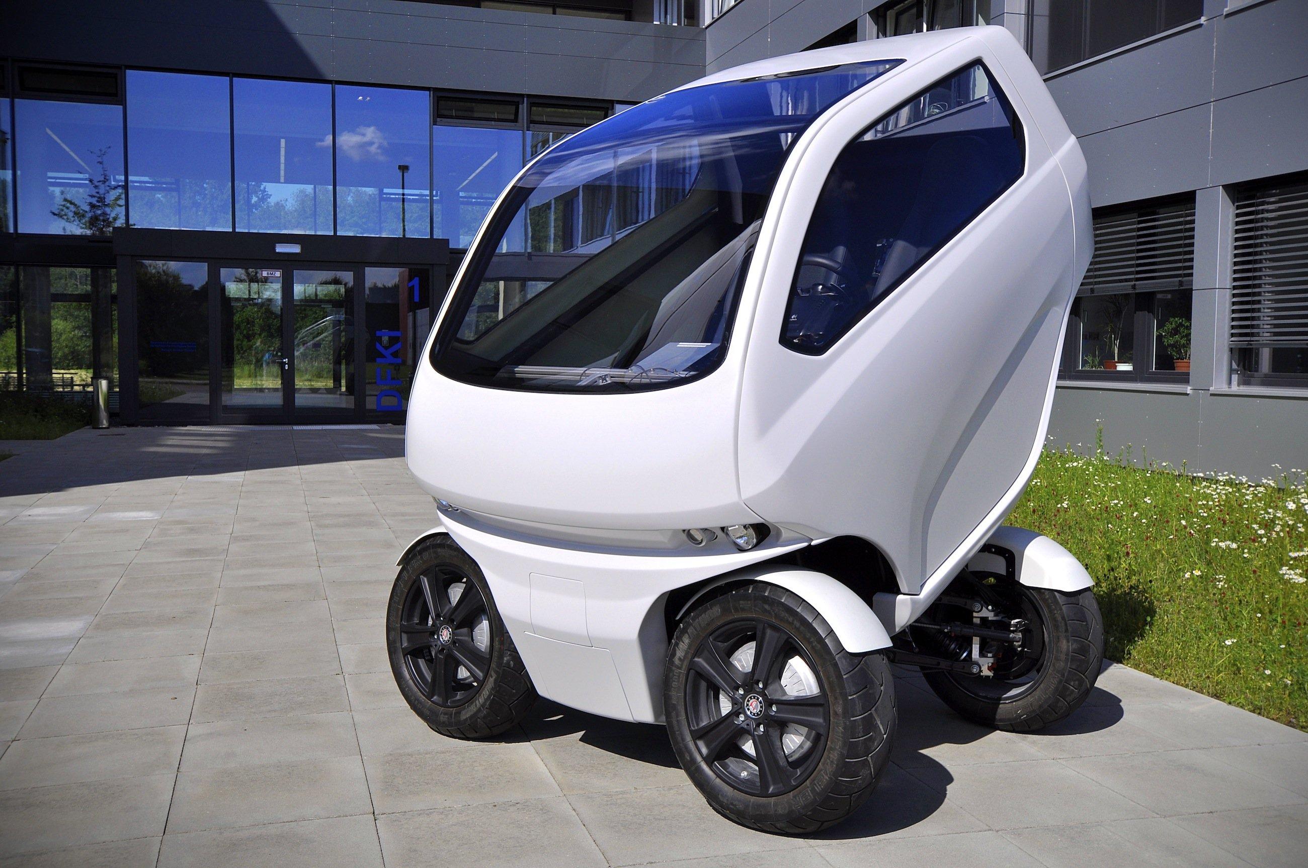 Das nur 2,50 m kurze Elektroauto des DFKI lässt sich durch Hochklappen des Hecks auf 1,50 m verkürzen.