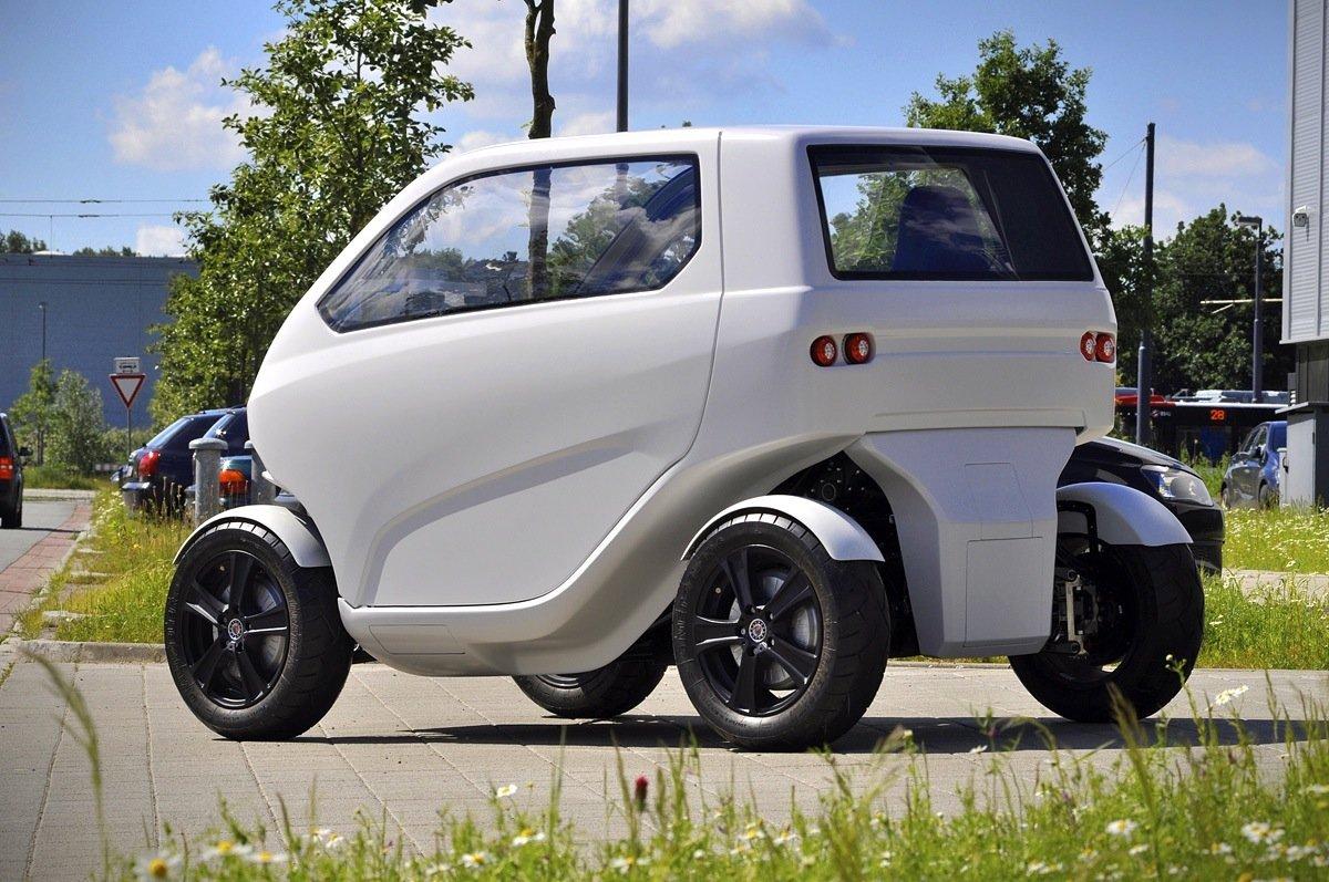 Das Elektroauto EO Smart connecting car 2 wird von vier Radnabenmotoren angetrieben und ist ausgesprochen flexibel. Die Räder lassen sich um 90 Grad drehen, so dass das Auto auch seitwärts und diagonal fahren kann.