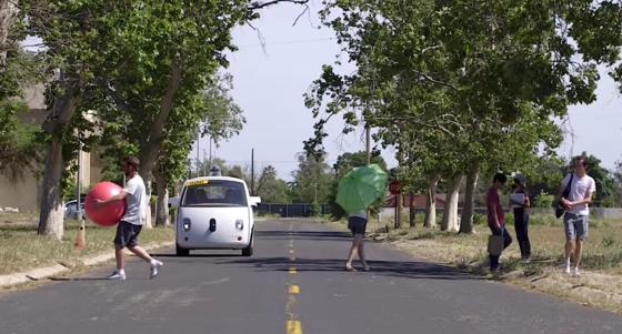 Selbstfahrendes Google-Auto auf abgesperrtem Testgelände. Im Sommer muss es im normalen Straßenverkehr zurechtkommen.