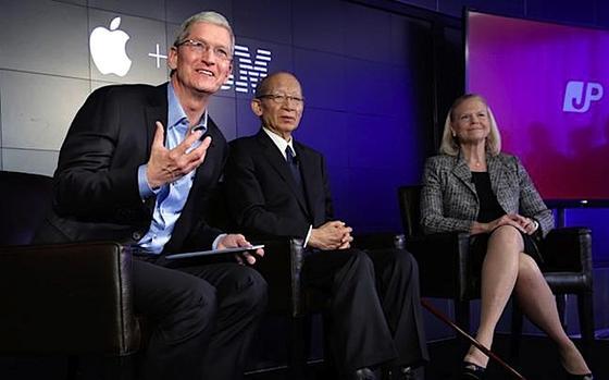 Apple-Chef Tim Cook, Japans Post-Chef Taizo Nishimuro und IBM-Chefin Ginni Rometty (v.l.):Die japanische Post will bis 2020 vier bis fünf Millionen iPads an Japaner im Alter von 65 Jahren und älter verteilen. Dafür kooperiert das Unternehmen mit Apple und IBM. In Japan hat die Post bereits langjährige Erfahrung mit der Altenbetreuung. So bietet sie den Angehörigen von Senioren einen Service an, bei dem Mitarbeiter bei den alleinlebenden Älteren nach dem Rechten schauen und ihre Beobachtungen an die Verwandten weiterleiten.