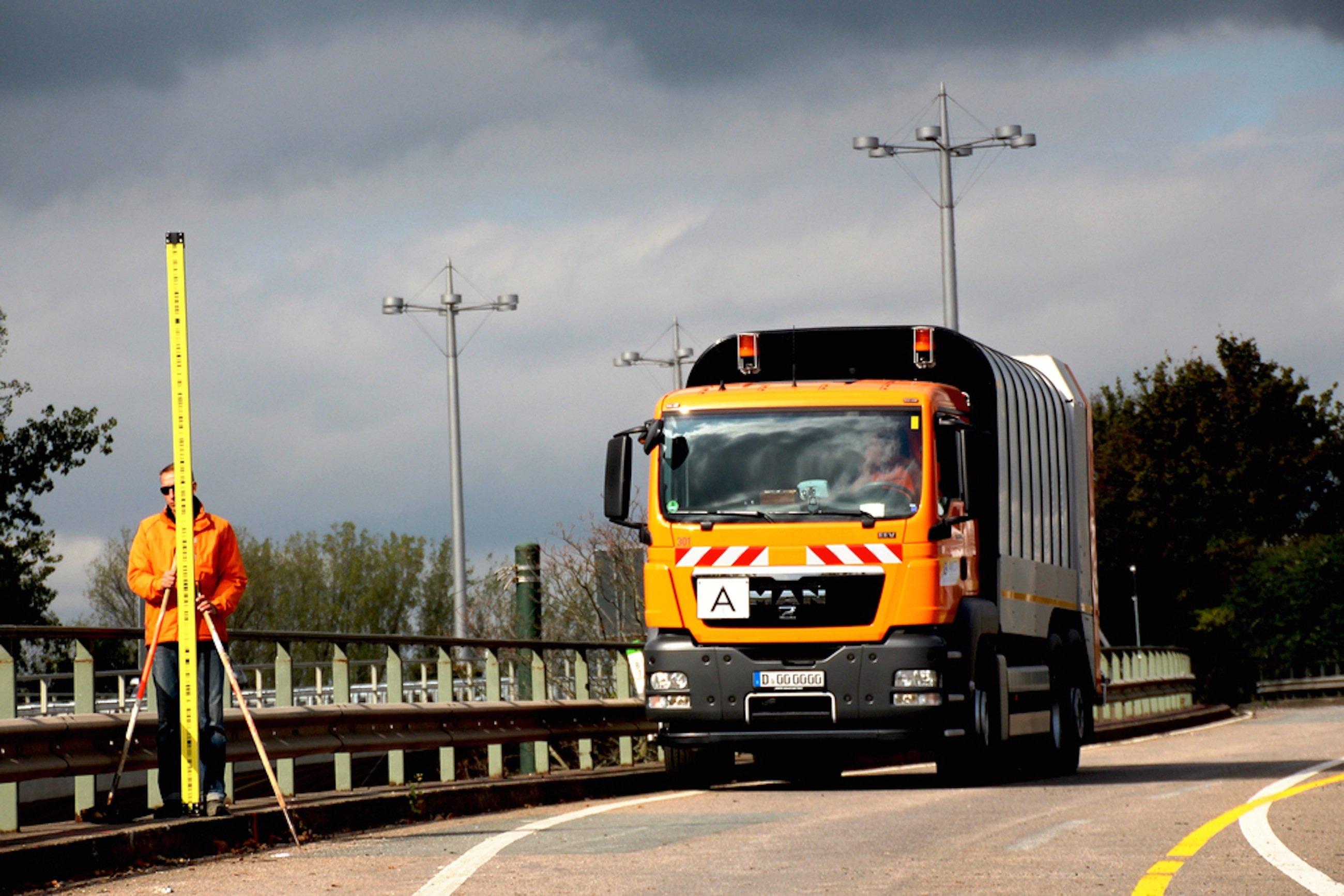 Nach der Sperrung der Brücke testeten die Forscher mit einem Müllwagen, wie sich große Gewichte auf die Brücke auswirken.
