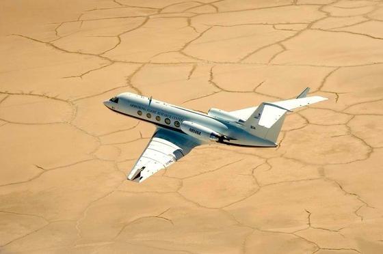 Flug der Gulfstream III der Nasa mit den flexiblen Hinterkanten des Entwicklers Flexsys.