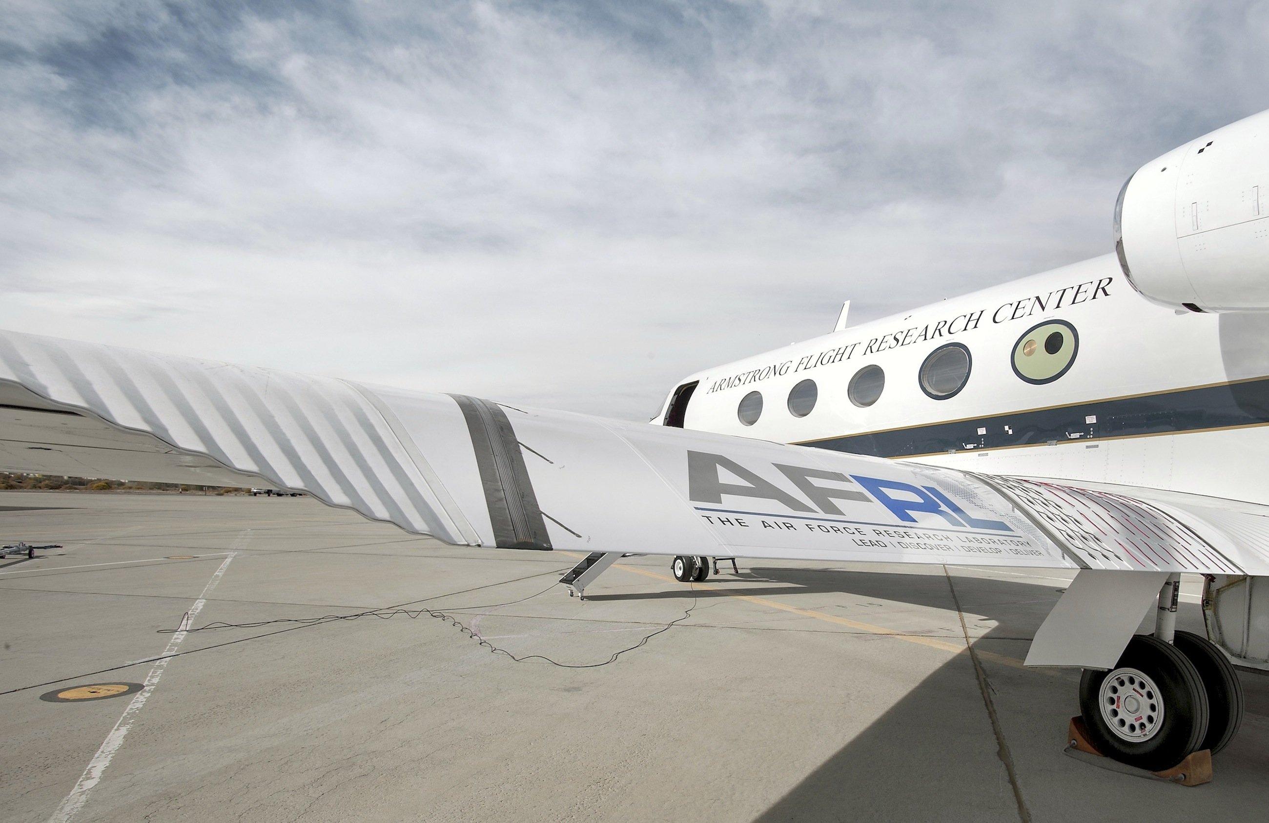 Eine Gulfstream III hat die Nasa mit flexiblen Hinterkanten an den Tragflächen ausgestattet. Deutlich zu sehen sind links und rechts die flexiblen Fächer, die es der dazwischen liegenden Kante ermöglichen, auf und ab zu schwenken, ohne das Kanten entstehen.