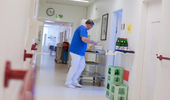 Fraunhofer Forscher haben einen autonom fahrenden Pflegewagen entwickelt, der das Krankenhauspersonal bei der Arbeit entlasten soll.