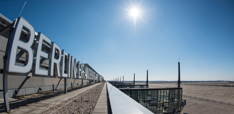 BER: Der neue Berliner Flughafen gilt als Paradebeispiel für dumm gelaufene öffentliche Großprojekte: Der Bau dauert dreimal solange wie ursprünglich vorgesehen und die Kosten werden zu 125 % überschritten.