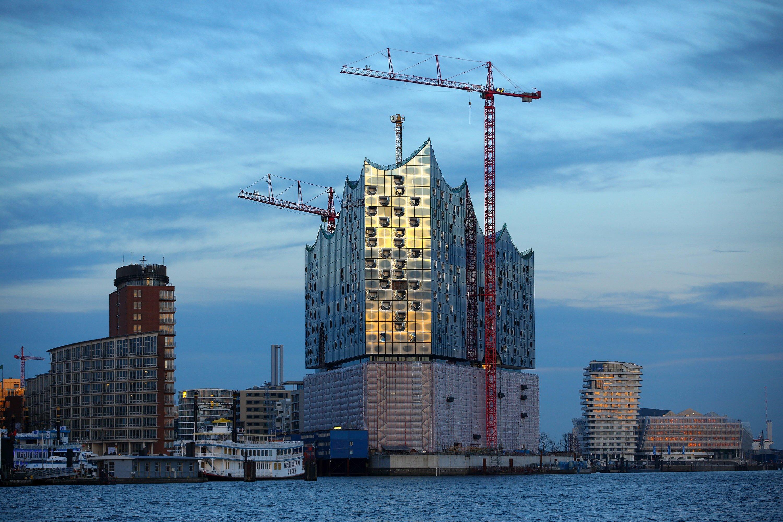 Die Elbphilharmonie in Hamburg musste schon für zahlreiche Superlative herhalten. Nach Angaben des Hamburger Immobiliendienstleister Emporis belegt das Konzerthaus, dessen Baukosten mittlerweile bei 865 Millionen Euro liegen, Rang acht unter den zehn teuersten Wolkenkratzer der Welt. Eigentlich sollte es für 352 Millionen gebaut werden.