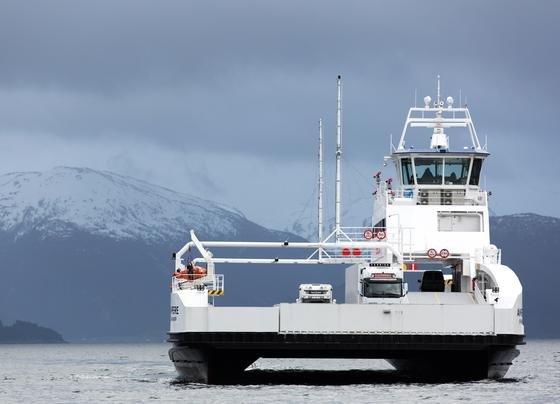 """Die vollständig elektrische Fähre """"Ampere"""" befährt die sechs Kilometer lange Route E39 zwischen Lavik und Oppedal nördlich von Bergen in Norwegen. Sie fährt im 20-Minuten-Takt 34 Mal am Tag rein elektrisch über den Sognefjord. Sie ist die weltweit erste Elektrofähre im Liniendienst."""