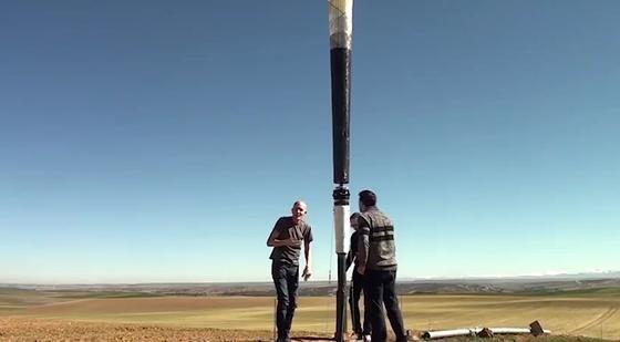 Eine Vortex Bladeless-Windkrftanlage wird zu Testzwecken aufgebaut.