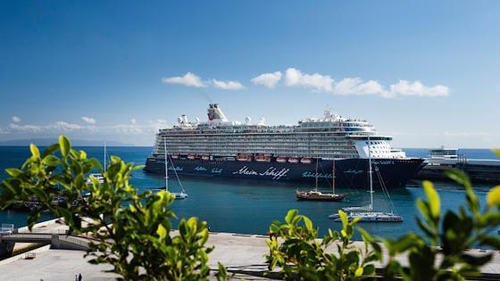 Die Mein Schiff 3 vor der portugiesischen Insel Madeira: Das Kreuzfahrtschiff misst mit modernen atmosphärischen Messinstrumenten unter anderem die Quecksilberbelastung der Luft.