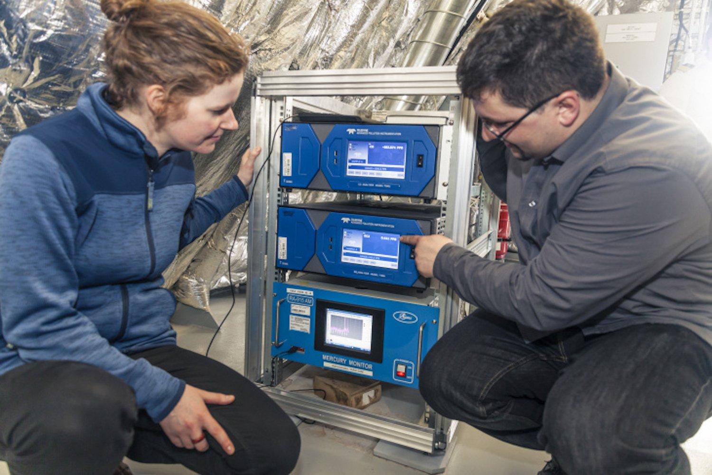 HZG-Wissenschaftler Andreas Weigelt zeigt Lucienne Damm, Umweltmanagerin von TUI Cruises, den Quecksilbersammler und die Schwefeldioxid- und Kohlenmonoxid-Messgeräte.