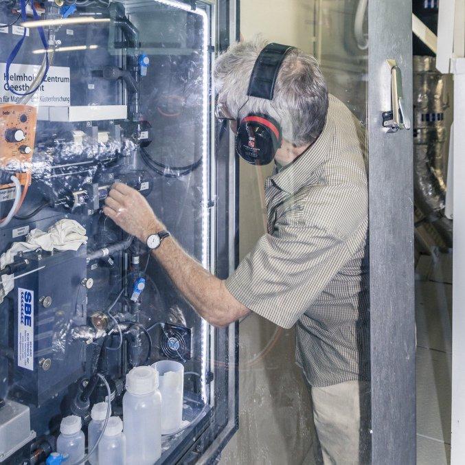 Die Ferrybox im Maschinenraum: Ein Pumpe im Inneren der Box pumpt ständig Meerwasser durch die Anlage. Forscher aus aller Welt können auf die Messdaten zugreifen.